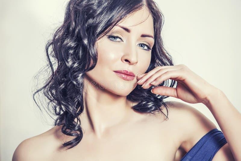 Stående av den härliga kvinnamodellcloseupen med trendig makeu arkivbilder
