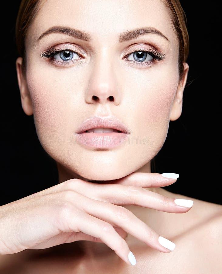 Stående av den härliga kvinnamodellen med sund hud för makeup och för rengöring royaltyfria foton