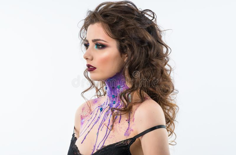 Stående av den härliga kvinnamodellen med yrkesmässig makeup royaltyfri foto