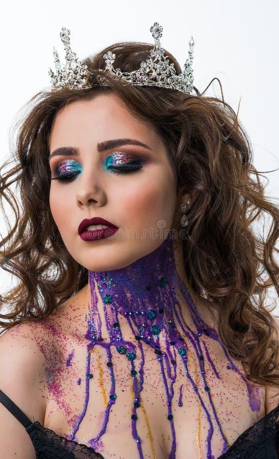 Stående av den härliga kvinnamodellen med yrkesmässig makeup fotografering för bildbyråer