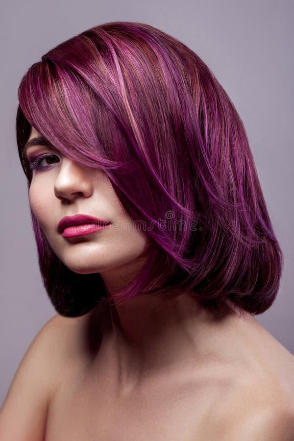 Stående av den härliga kvinnan för modemodell med kort purpurfärgad colo arkivfoto