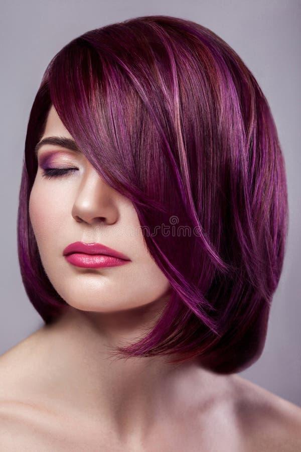 Stående av den härliga kvinnan för modemodell med kort purpurfärgad colo royaltyfri bild