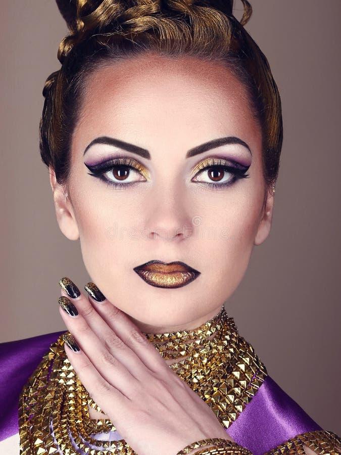 Stående av den härliga kvinnan i egyptisk stil arkivfoto