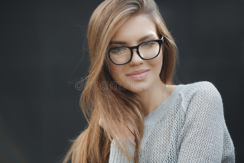 Stående av den härliga kvinnan i exponeringsglas på grå bakgrund royaltyfri foto