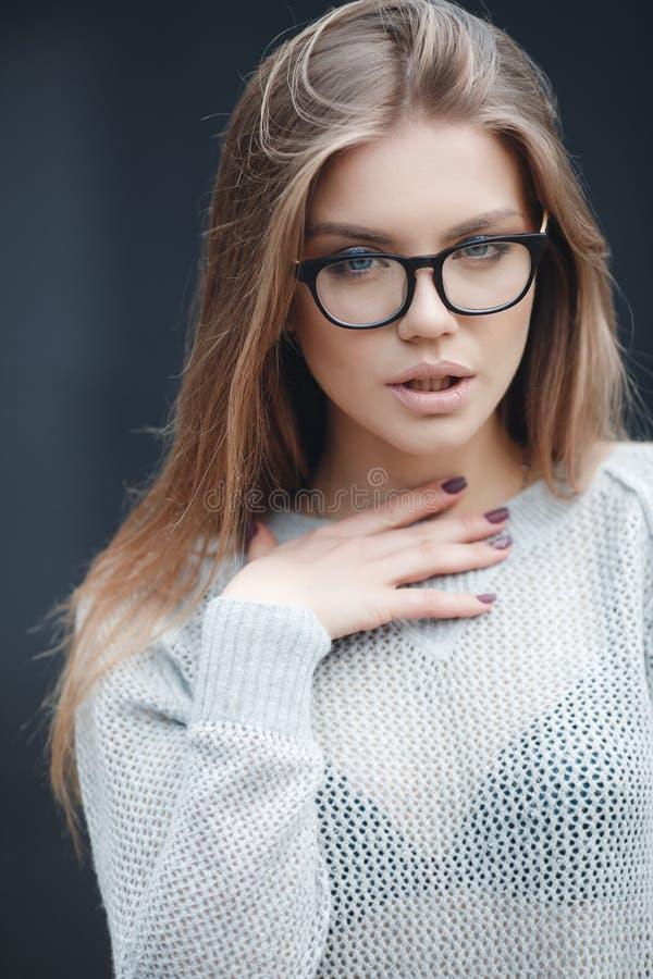 Stående av den härliga kvinnan i exponeringsglas på grå bakgrund royaltyfri fotografi