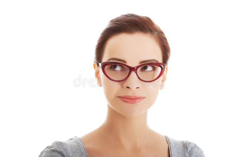 Stående av den härliga kvinnan i rött glasögon. arkivbilder