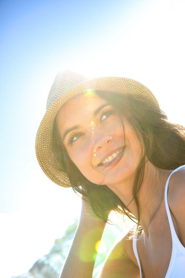 Stående av den härliga kvinnan i stråle av solljus arkivbilder