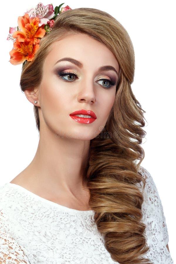 Stående av den härliga kvinnan med blommor i hennes hår arkivbilder