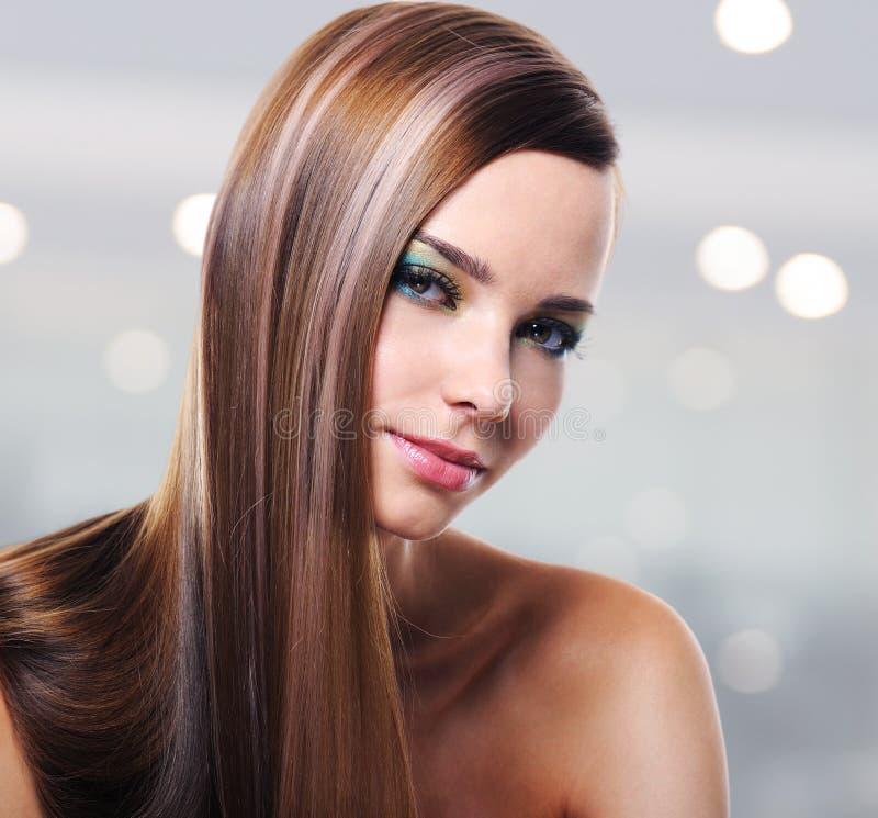 Stående av den härliga kvinnan med långa raka hår royaltyfri fotografi