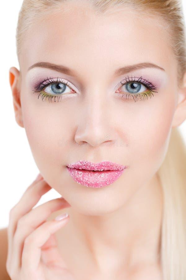 Stående av den härliga kvinnan med orkidéblomman i hennes hår. Härlig modell Woman Face. Göra perfekt hud. Professionell Make-up.M arkivbild