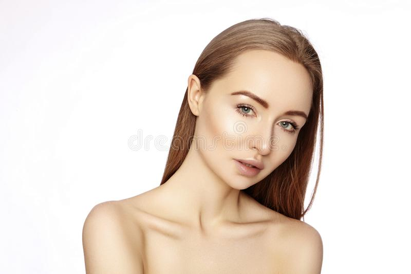 Stående av den härliga kvinnan med perfekt ren hud Spa blick, Wellness och vård- framsida Dagligt smink Skincare rutin royaltyfri foto