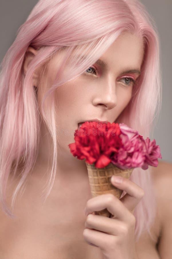 Stående av den härliga kvinnan med rosa hår arkivfoton