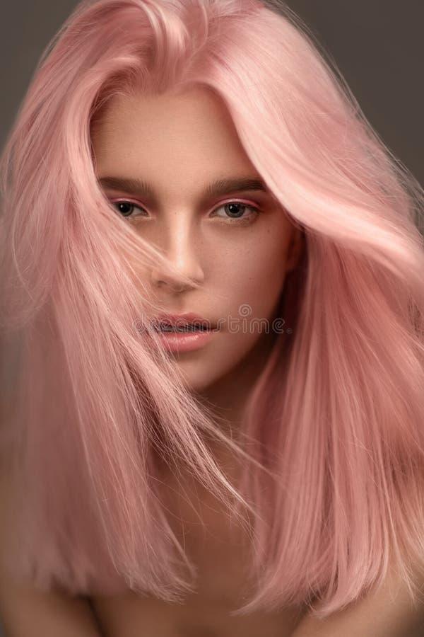 Stående av den härliga kvinnan med rosa hår royaltyfri fotografi