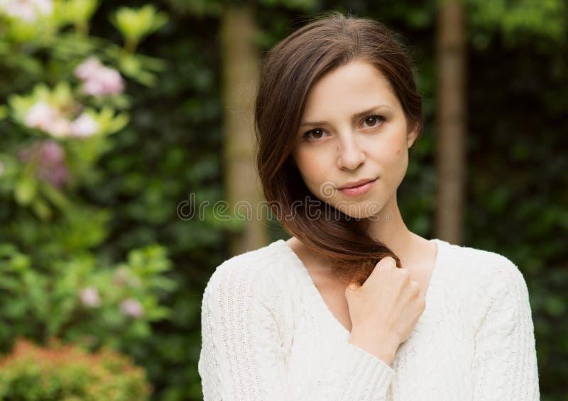 Stående av den härliga kvinnan på gräsplan arkivfoto
