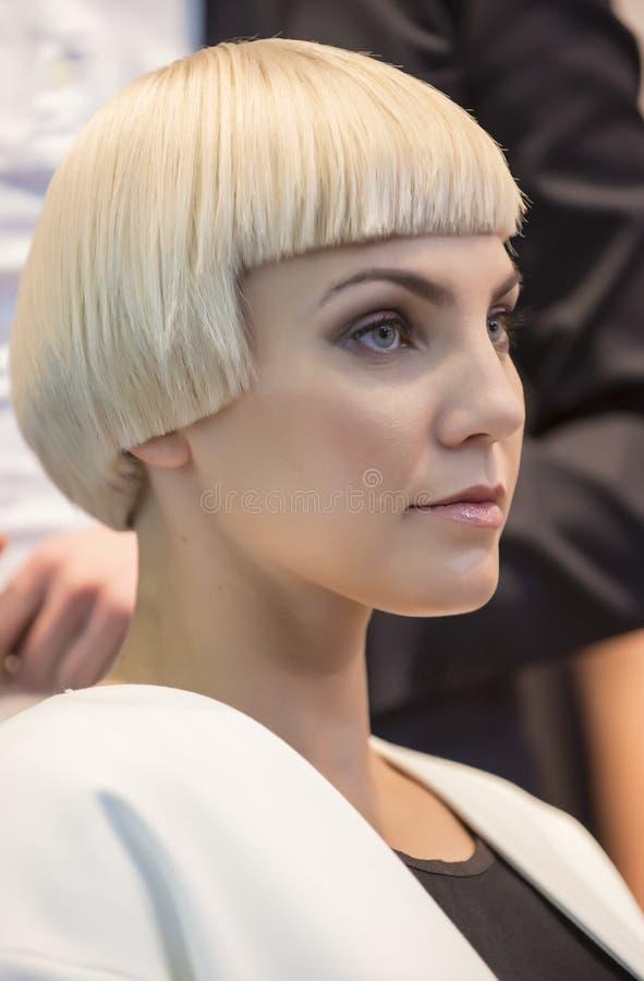 Stående av den härliga kvinnan på hårmodeshowen royaltyfri fotografi