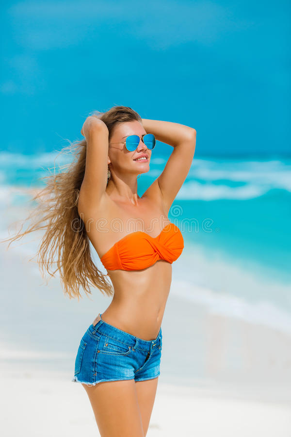 Stående av den härliga kvinnan på stranden fotografering för bildbyråer