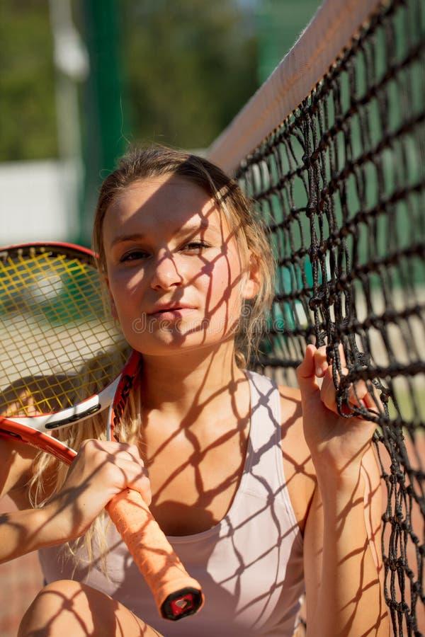 Stående av den härliga kvinnan som spelar utomhus- tennis Sommarsportrekreation royaltyfria foton