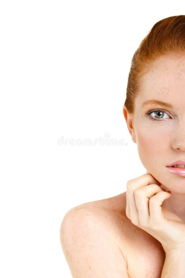 Stående av den härliga kvinnan som trycker på hennes framsida. Kvinna med ny ren hud, härlig framsida. Ren naturlig skönhet. Göra  royaltyfria foton