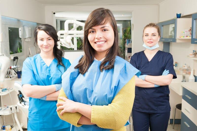 Stående av den härliga kvinnapatienten med det tand- laget i backgrou arkivfoton
