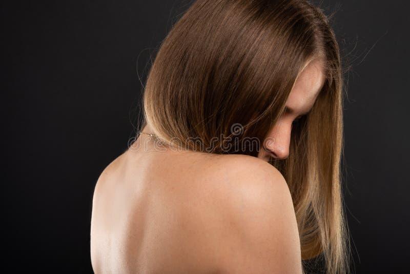 Stående av den härliga kvinnliga modellen med nakenstudiebaksida royaltyfri foto