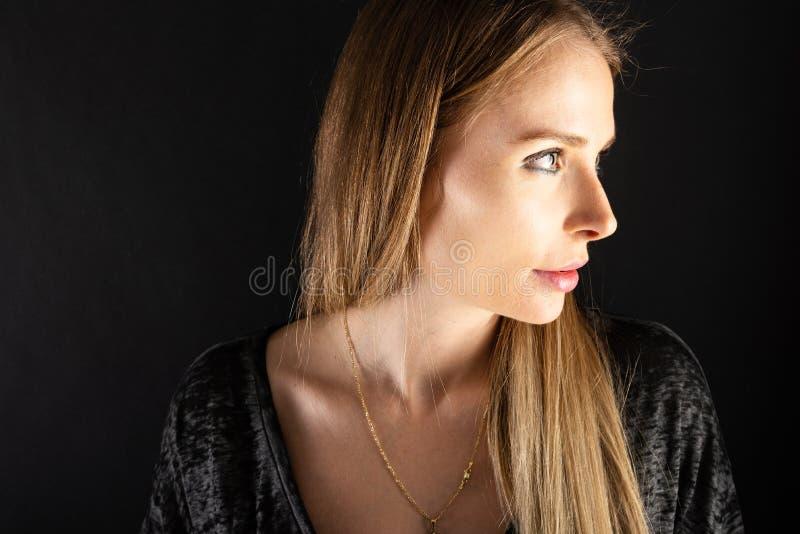 Stående av den härliga kvinnliga modellen som poserar att se sexigt royaltyfria foton