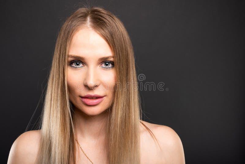 Stående av den härliga kvinnliga modellen som poserar att se sexigt arkivbild