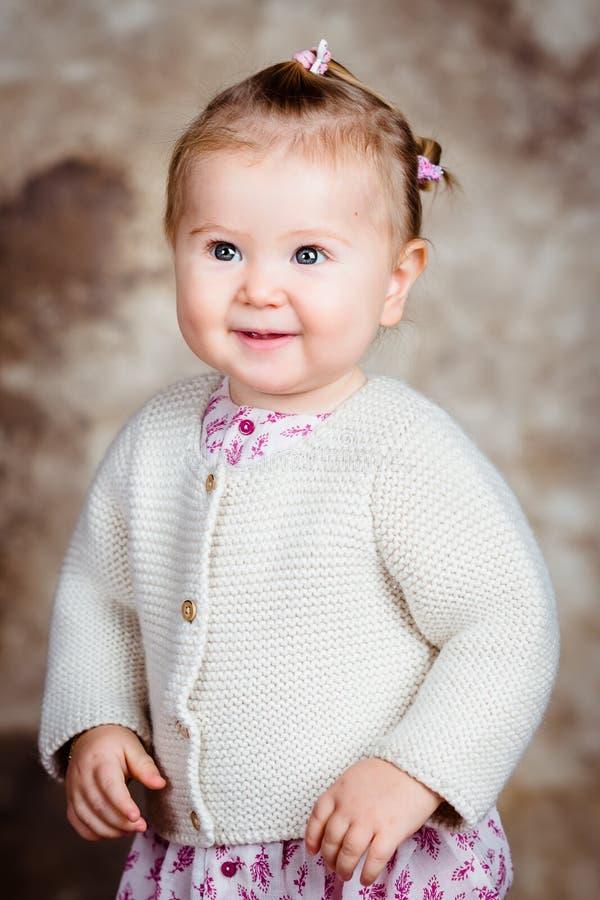Stående av den härliga le blonda lilla flickan med stora gråa ögon arkivfoton