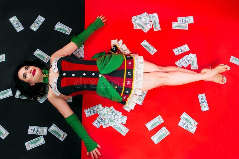 Stående av den härliga le brunettkvinnan med smink i röd och svart klänning med kort royaltyfria bilder