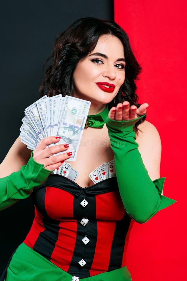Stående av den härliga le brunettkvinnan med smink i röd och svart klänning med kort royaltyfri foto