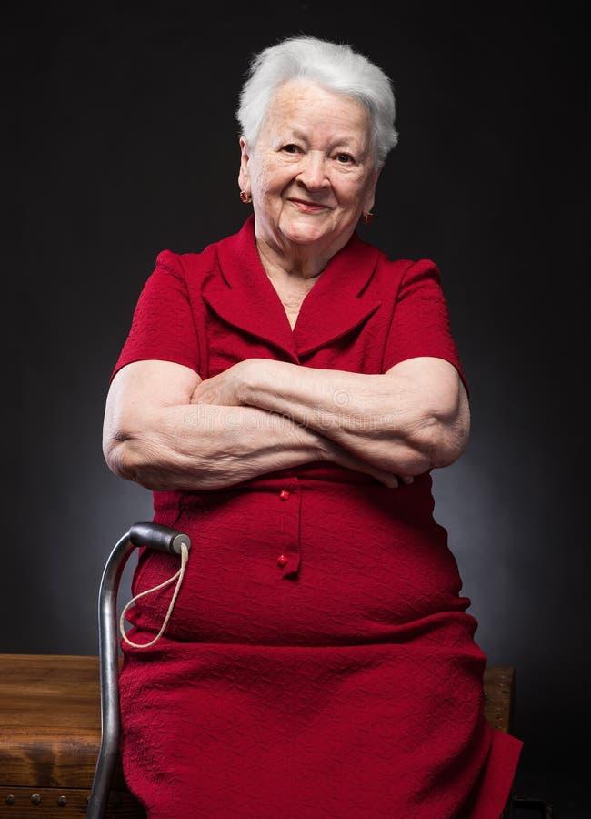 Stående av den härliga le gamla kvinnan royaltyfria foton