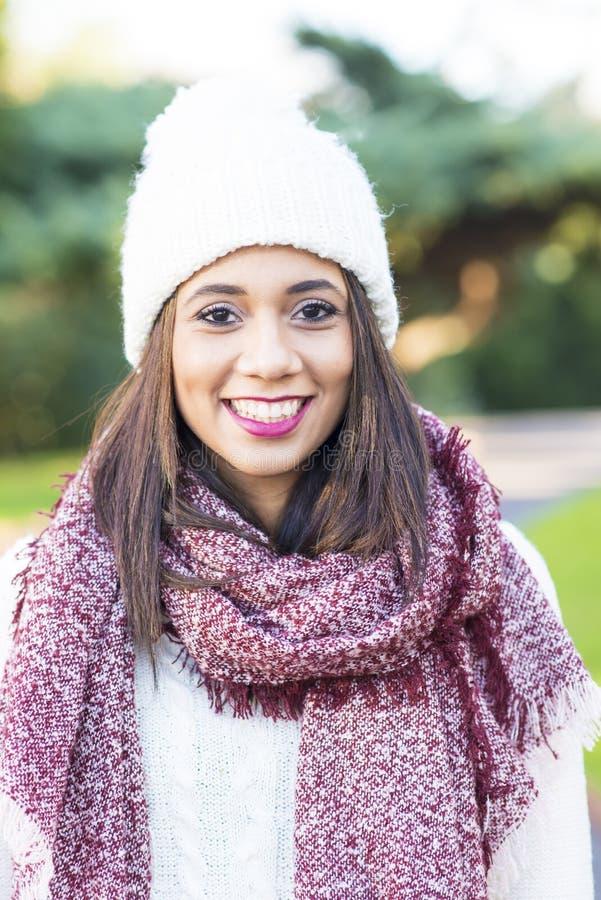 Stående av den härliga le kvinnan, vinterstilbegrepp arkivfoton