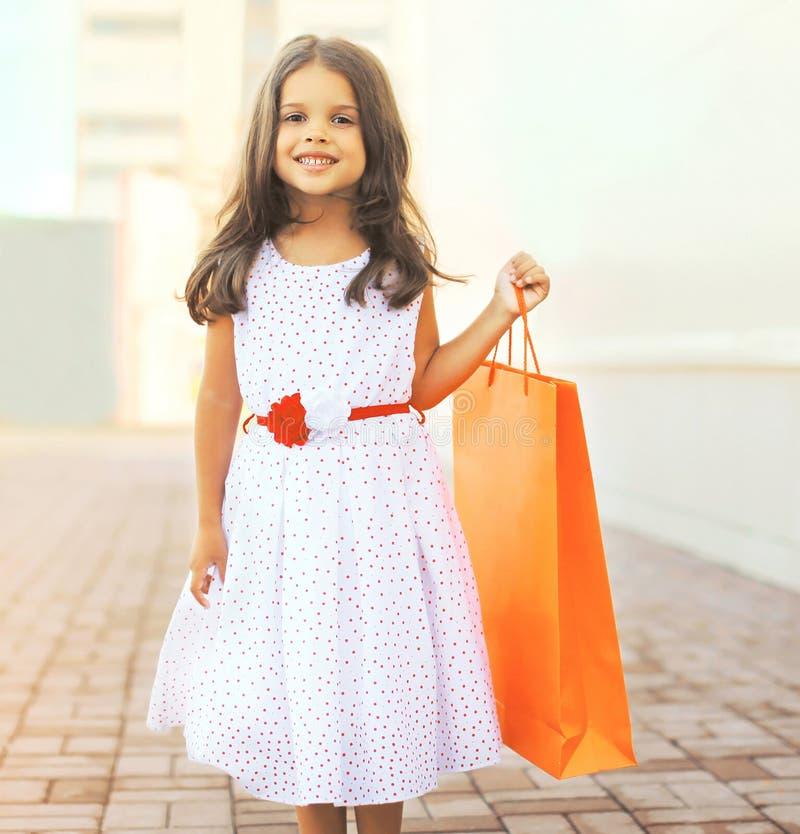 Stående av den härliga le lilla flickan som bär en klänning royaltyfri bild