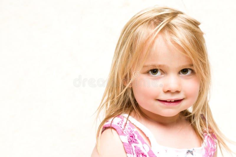 Stående av den härliga le litet barnflickan med blont hår arkivbilder