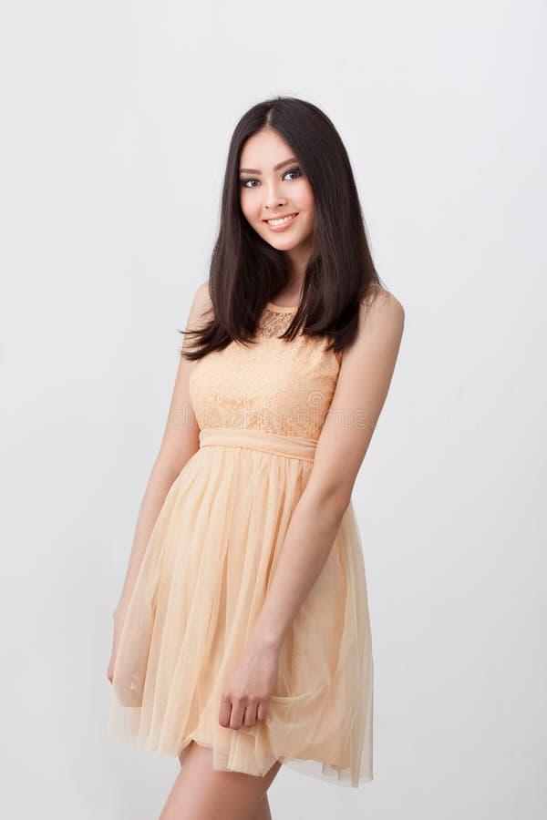 Stående av den härliga le unga asiatiska kvinnan royaltyfri bild