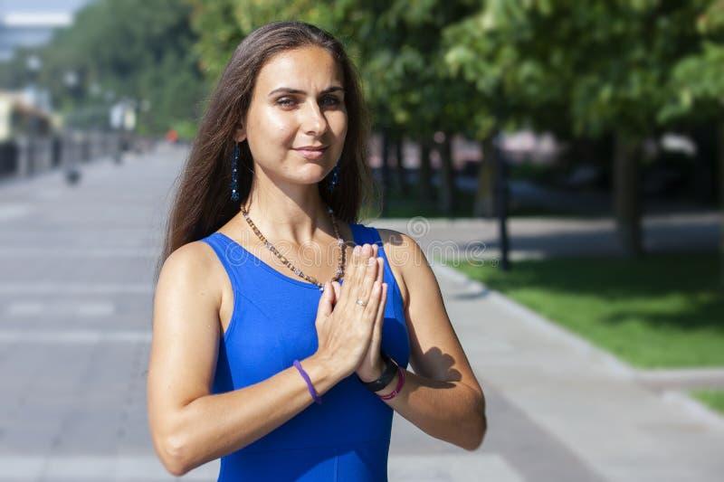 Stående av den härliga le unga kvinnan som tycker om yoga och att koppla av och att känna sig vid liv och att andas ny luft arkivfoton