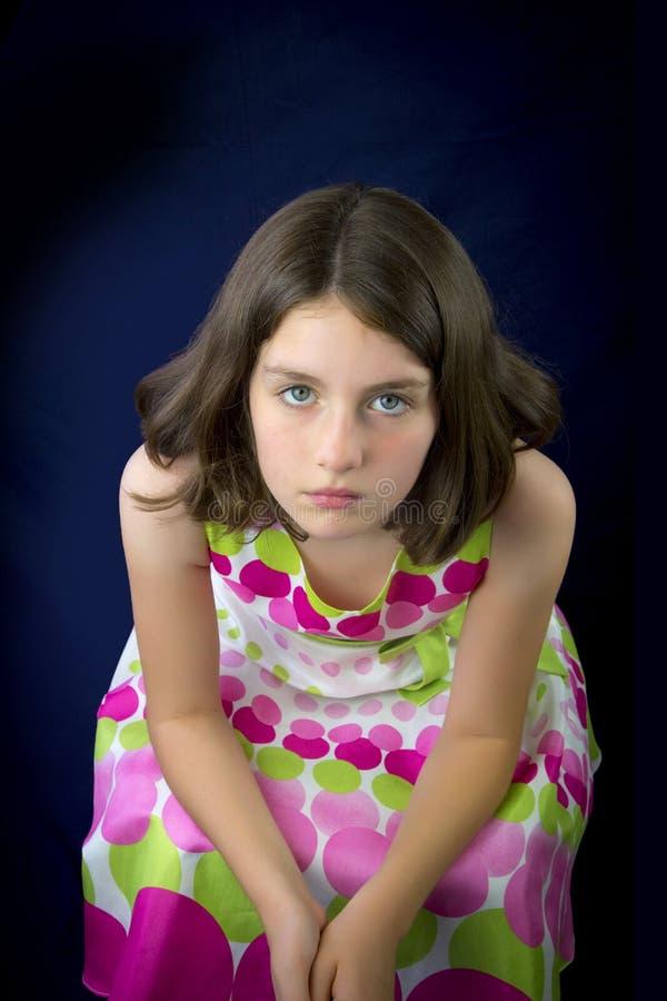 Stående av den härliga ledsna lilla flickan royaltyfria foton