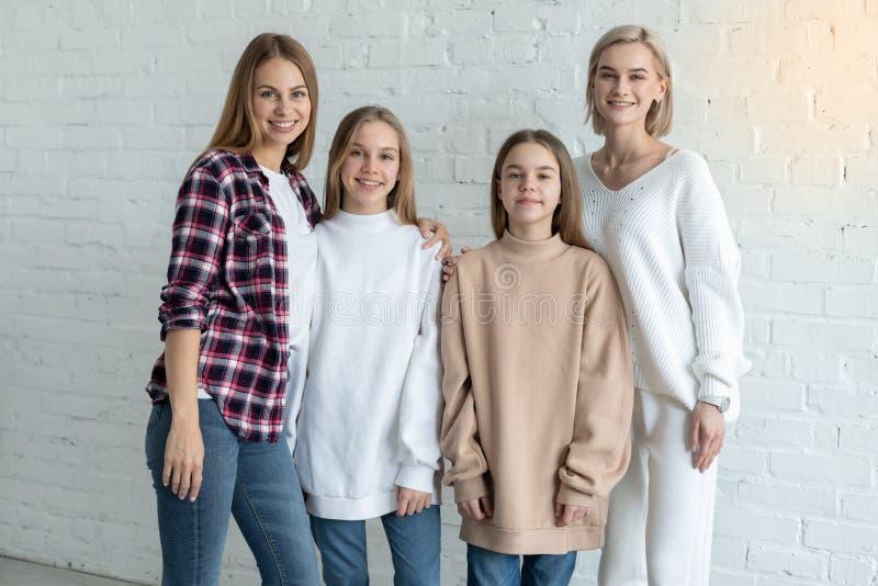 St?ende av den h?rliga lesbiska familjen i tillf?llig kl?der, tv? mamma och d?ttrar royaltyfria foton