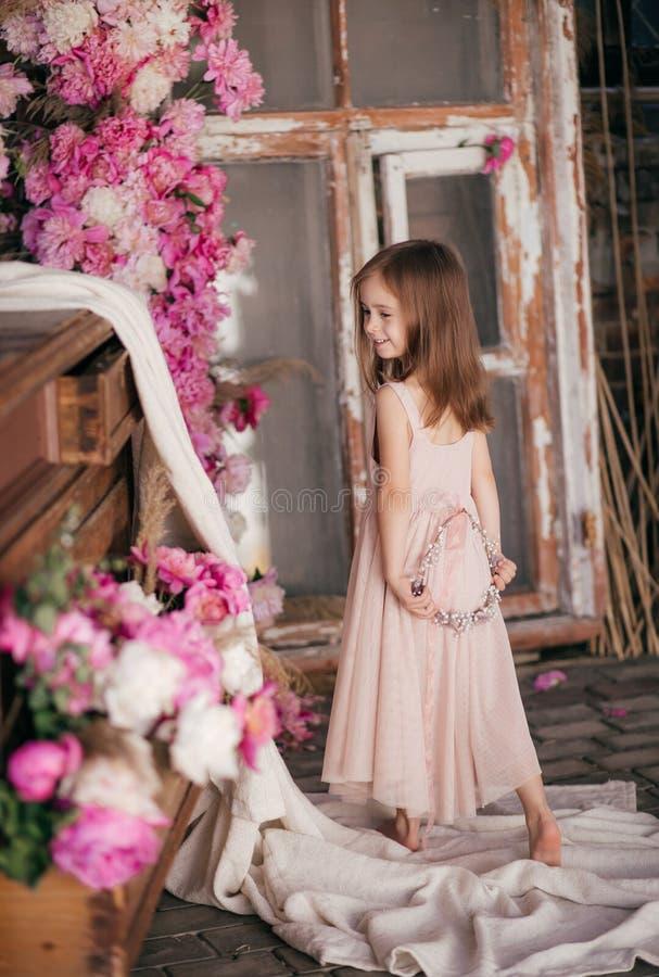 Stående av den härliga lilla flickan med pi-mesons royaltyfri foto