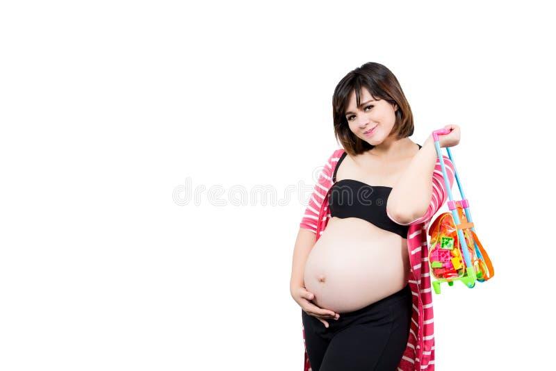 Stående av den härliga 9 månad gravida kvinnan med innehavet till arkivfoton