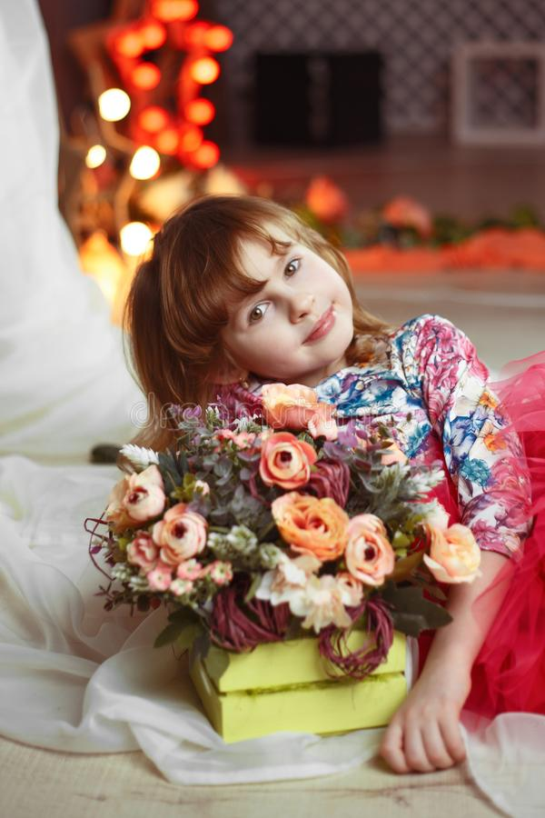 Stående av den härliga massmediastjärnan för liten flicka med ljus på bakgrund arkivfoton