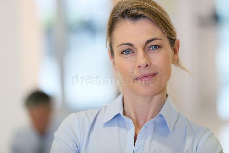 Stående av den härliga medelåldersa affärskvinnan royaltyfria bilder