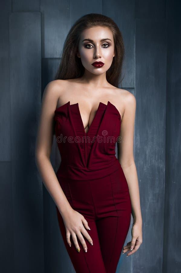 Stående av den härliga modellen i modekläder royaltyfri foto
