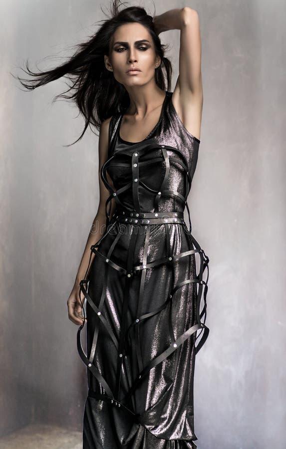 Stående av den härliga modellen i modekläder royaltyfri bild