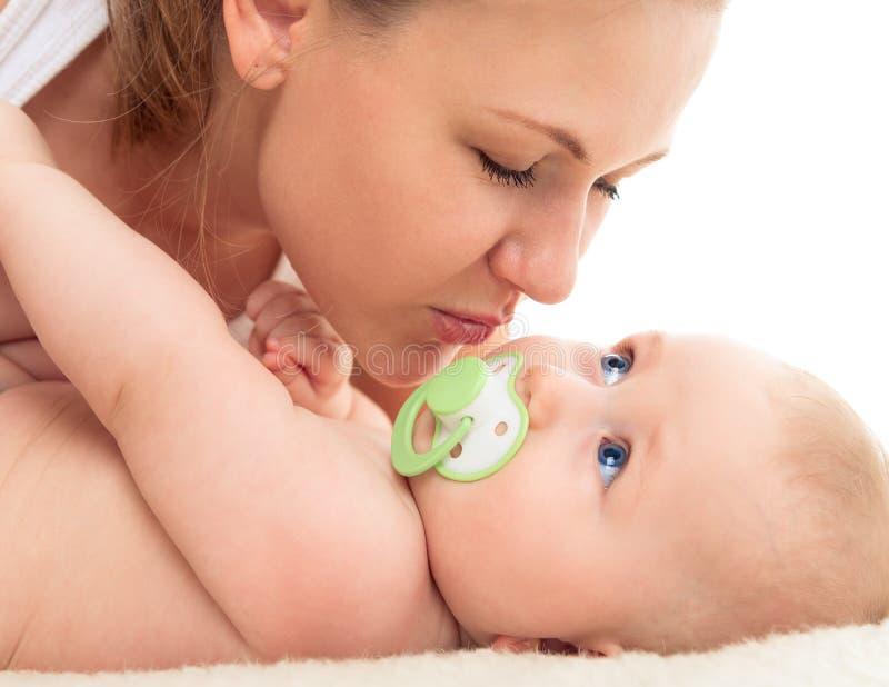 Stående av den härliga modern med en behandla som ett barn royaltyfri foto