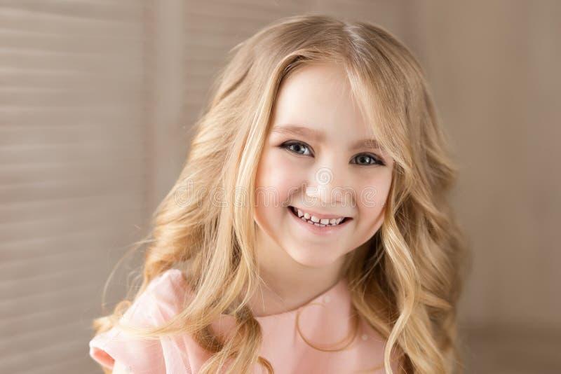 Stående av den härliga nätta flickan som ler Inomhus foto Närbild arkivbild