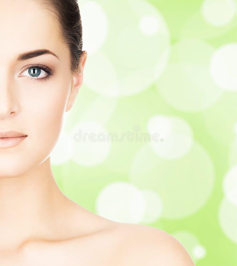 Stående av den härliga, nya, sunda och sinnliga flickan royaltyfri bild