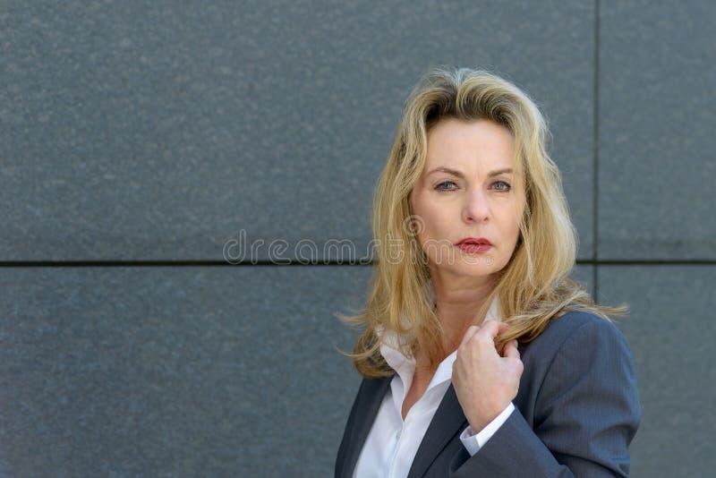 Stående av den härliga och bländande affärskvinnan arkivfoto