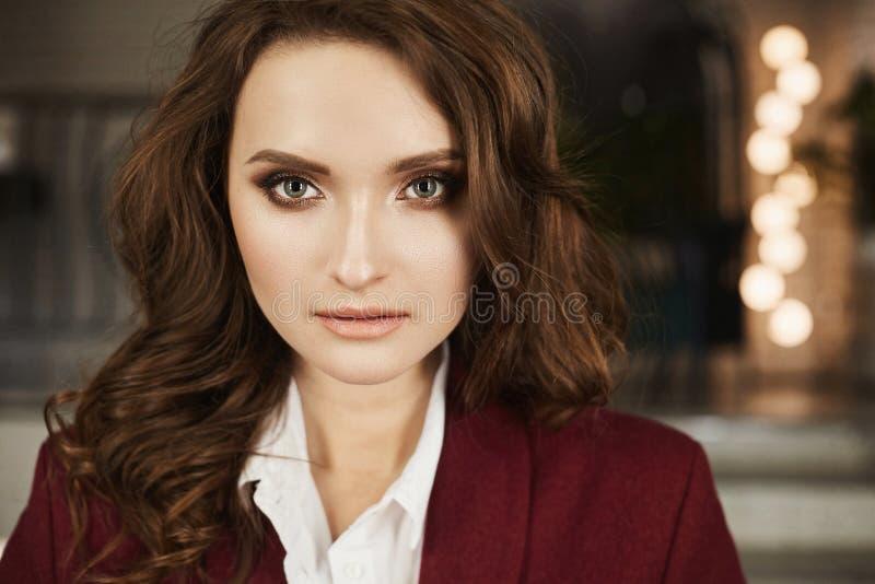 Stående av den härliga och trendiga brunettmodellflickan med perfekt smink, med ljusa ögon och med perfekt hud royaltyfri foto