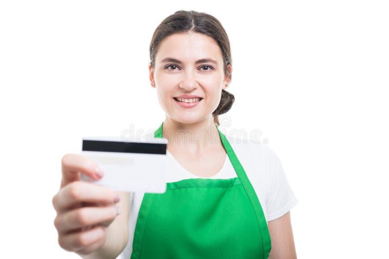Stående av den härliga person som ägnar sig åt handel som ger debiteringkortet arkivbild