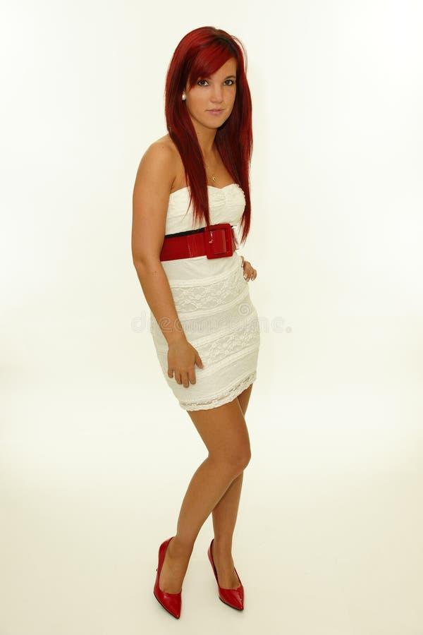 Stående av den härliga rödhårig mankvinnan i den vita klänningen fotografering för bildbyråer